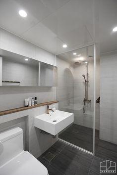 Colorful bathrooms - Home Fashion Trend Bathroom Red, Bathroom Toilets, Bathroom Colors, Bathroom Interior, Modern Bathroom, Bathroom Design Small, White Decor, Model Homes, Inspired Homes
