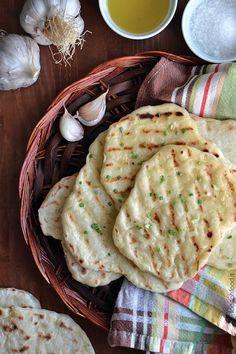 Homemade soft garlic flatbread - easy and quick flatbread recipe Sicilian Recipes, Indian Food Recipes, Vegan Recipes, Sicilian Food, Naan, Flatbread Recipes, Soft Flatbread Recipe, Salad Cake, Cooking Bread