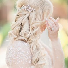 What a fairytale wedding ! This radiating @joanpillowbridal #Bride wearing our #mariaelenaheadpieces comb on her #wedding day 💕💕 For more, visit the #Newlyweds website: www.lukeandcat.com  @catneumayr @lukeneumayr @randacarrabba @sou