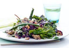 Ruokaisa salaatti syntyy helposti puolessa tunnissa.