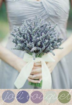 Simplement de la lavande. Une seule variété de fleur mais du plus bel effet. Un joli ruban pour maintenir ce bouquet de mariée délicat, parfait pour un mariage sous le signe de la Provence.