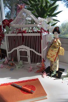Nos jeunes mariés rêvent d'aller au Japon. C'était d'ailleurs le thème du mariage. Il n'y a donc pas eu de liste de mariage mais une urne pour les aider à réaliser leur rêve. J'ai eu l'idée d'utiliser une cage à oiseaux dont la forme fait penser à une...