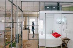 Kitnet estilosa utiliza vidro para organizar o espaço - limaonagua