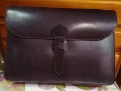 Porta documento, fabricado en cuero de procedencia nacional, curtido al vegetal (esto quiere decir que es un curtido ecológico).  Para mas info  http://m.guarnicionerialopez.com/guarnicionerialopez_producto_detalle.php?nid=185  #handicraft #artisan #leathercraft #leather #leatherwork   #leathergoods#custom#handcut   #briefcase
