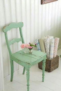 Like my shabby chic chair - make another for the summer house Painted Chairs, Painted Furniture, Vintage Chairs, Old Wooden Chairs, Shabby Chic Furniture, Mint Furniture, Vintage Furniture, Dining Chairs, Kitchen Chairs