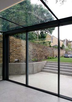 The versatile glass extension on this traditional home uses a glass roof & frameless structural glass sides which connect to our minimally framed sliding doors. Extension Veranda, Conservatory Extension, Glass Extension, Modern Conservatory, Kitchen Extension Doors, Glass Conservatory, Rear Extension, Architecture Renovation, Casas Containers