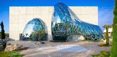 Aujourd'hui, nous partons à la découverte dunouveau musée Salvador Dali, ouvertle 11 janvier 2011, à St. Petersburg, en Floride. Conçu par l'agence HOK, ce projet consiste en fait à une extension du musée originel, construit en1982. Sur6300 mètres carrés et 3 étages, HOK a travaillé sur le béton et le verre, en s'inspirant des oeuvres …