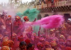 Frenesia all' #HoliFestival   La festa dei colori dell' #India http://www.viaggidellelefante.it/tours/307_india-holi-festival-la-festa-dei-colori L'Holi è una celebrazione di tradizione induista, praticato nella sua forma originaria soprattutto in India e in Nepal: due giorni di festa che cominciano con la luna piena - Purnima - a cavallo tra fine Febbraio e inizio Marzo. La festa celebra l'arrivo della primavera. Ha un significato profondo, è usanza imbrattarsi con polveri colorate per...