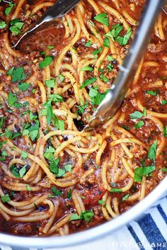 One-Pot Spaghetti is quick, easy, & delicious, with only one pot to wash for a family-pleasing dinner.you'll never make regular spaghetti again! Spaghetti With Ground Beef, One Pot Spaghetti, One Pot Pasta, Spaghetti Recipes, Pasta Recipes, Cooking Recipes, One Pot Meals, No Cook Meals, Dinner Recipes Easy Quick