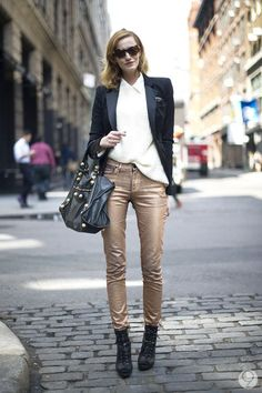 black blazer with white shirt and skinny gold pants Outfits Mujer, Jean Outfits, I Love Fashion, Autumn Fashion, Womens Fashion, Metallic Trousers, Street Chic, Street Style, Gold Pants