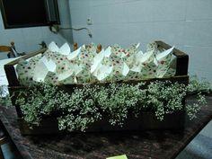 Caja de madera con conos de arroz para boda