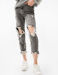 Jeans Mom Fit rotos rodillas. Descubre ésta y muchas otras prendas en Bershka con nuevos productos cada semana