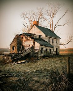 You can see how cute it was. I bet it was yellow. Abandoned Farm Houses, Old Abandoned Buildings, Abandoned Property, Old Farm Houses, Abandoned Mansions, Old Buildings, Abandoned Places, Abandoned Vehicles, Villas