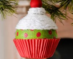 Como hacer un adorno para el arbol de navidad en forma de cupcake