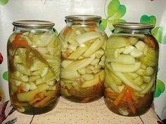 """Огурцы по-канадски Этот рецепт дочка принесла с работы - я попробовала и """"влюбилась"""" . На 3-х литровую банку: 1 морковь, 3 болгарских перца, зелень укропа (по вкусу), 3 дольки чеснока, огурцы. Рассол: 4 стакана воды, 1,5 стакана сахара, 0,5 стакана соли, 2 ст.л. уксусной эссенции. Морковь порезать соломкой, перец дольками, огурцы почистить и разрезать вдоль на 4 части (если огурцы большие, то ещё и пополам)."""