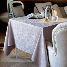 Garnier Thiebaut präsentiert einen neuen Blumenentwurf in Uni. Für alle Liebhaber von schöner, klassischer Tischwäsche. Sie geben Ihre Tischmaße ein und unser Tischdeckenkonfigurator berechnet Ihre persönliche Tischdecke. Wählen Sie aus herrlichen Stoffen (abwaschbar oder reine Baumwolle) Ihren Favoriten. Nichts Passendes gefunden?   Rufen Sie uns an unter Tel. (0281) 24173 und wir machen es passend! Sie sind sich in der Farbwahl nicht sicher? Gerne senden wir Ihnen Stoffmuster zu