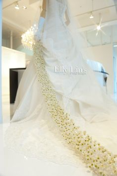 Elly Lin, beautiful. Imagine this beautifully designed bouquet trailing beside you as you walk down the aisle. Creative bouquet alternative.