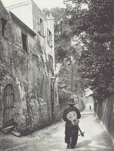 Chansonnier rue Saint-Vincent à Montmartre. Photographie de Neurdein, vers 1910