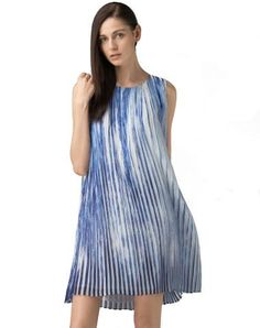 Fall in love with this blue sleeveless V neck chiffon mini dress. Find your inner beauy in VIPme.