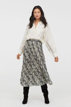 Calf-length, pleated skirt in an airy patterned weave with a concealed zip and hook-and-eye fastener in the side and a laser-cut hem. Skirt Fashion, Fashion Outfits, Fashionable Outfits, Fashion Styles, Women's Fashion, Calf Length Skirts, Ankara Skirt, All Black Looks, Copenhagen Fashion Week