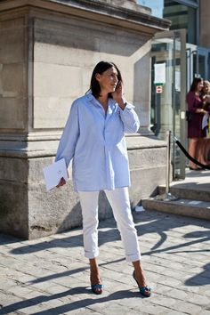 Casual - The Simply Luxurious Life®: Style Inspiration: Signature Summer Style Nyc Fashion, Latest Fashion Trends, Street Fashion, Fashion Ideas, Fashion Beauty, Casual Street Style, Street Chic, White Pants, White Denim