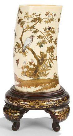 JAPON - EPOQUE MEIJI (1868 - 1912)  Vase de forme cylindrique en ivoire décoré en laque or et incrustations «shibayama» de nacre et corail d...