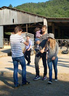 LAS CADERAS TABASCO: Nuevas Fotos: Shakira, Milan y Gerard en Girona, España (23/07/14)