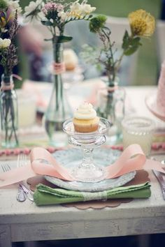 It's spring, time of blossom and a spring wedding is a magnificent event, romantic, glowing and beautiful! A table setting for such a wedding should be Photo Deco, Wedding Decorations, Table Decorations, Wedding Ideas, Wedding Centerpieces, Wedding Inspiration, Wedding Tables, Beautiful Table Settings, Festa Party