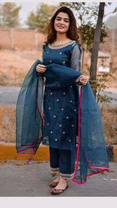Fancy Dress Design, Stylish Dress Designs, Stylish Dresses, Unique Dresses, Casual Dresses, Silk Kurti Designs, Simple Kurta Designs, Kurti Designs Party Wear, Indian Bridal Fashion