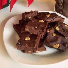 Brownie de Frutas Es un brownie super tierno y esponjoso. Ideal para llevar estos días a la sobremesa de esas comilonas familiares, para tomar con el café y evitar los turrones y esas cosas. Seguro que nadie nota que que es un dulce saludable! Ingredientes 2 platanos 1 manzana 1 pera 10 cdas harina de avena o almendra 4 cdas edulcorante liquido 2 cdtas levadura 4 cdas cacao desgrasado sin azúcar 4 cuadraditos de chocolate sin azucar o 30 gr de chips de chocolate 2 huevos 1 cda de aceite de…
