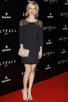 La actriz Kira Miró, que optó por un minivestido negro con detalle de encaje en los hombros combinado con sandalias y clutch en dorado de Jimmy Choo.