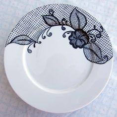 Plato de porcelana con pintura en relieve de un decorado basado en el encaje de bolillos