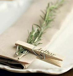 Rustic table decoration with wooden clothespin- Rustikale Tischdekoration mit hölzerner Wäscheklammer Rustic table decoration with wooden clothespin – - Christmas Table Settings, Christmas Decorations, Christmas Place Setting, Rustic Wedding Table Decorations, Simple Table Decorations, Christmas Place Cards, Thanksgiving Place Cards, Thanksgiving Table Settings, Thanksgiving Tablescapes