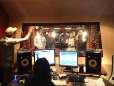 Vladimir Villatoro y Reinhold Sagastume trabajando en el AudioLab Estudios de EBclosion junto al equipo de ME
