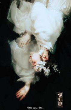Chợt nhận ra bất cứ lưu luyến nào khi bị rơi vào lòng luân hồi thì đều tựa như bụi vàng phủi là tan cùng hư vô mà thôi.... #thanhthanh
