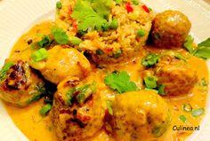 Gehaktballetjes in Maleisische currysaus met pilafrijst. Laat je niet afschrikken door de lange ingrediëntenlijst, dit gerecht is het proberen waard.