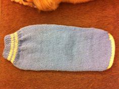 Koisas da Kaká: PAP - Roupinha para cachorro Knitted Dog Sweater Pattern, Dog Coat Pattern, Knit Dog Sweater, Knitted Hats, Dog Clothes Patterns, Coat Patterns, Diy Dog Collar, Knit Baby Booties, Crochet Flower Patterns
