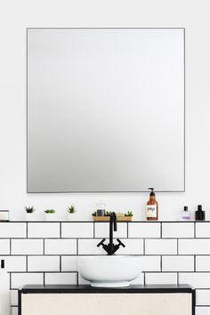Mira-peilistä on saatavilla useita eri kokoja pieniin ja suuriin kylpyhuoneisiin. Kuvassa 700x800cm.  #mira #kehyspeili #musta #peili #kylpyhuone# wc #kodinhoitohuone #eteinen #moderni #koti #sisustus #sisustussuunnittelu #helatukku