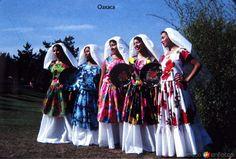 Tehuantepec, Oaxaca: Muchachas tehuanas en traje tradicional (circa 1950).