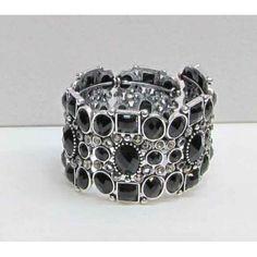 Bracelet élastique de couleur argent serti de pierres noires.