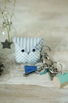 Un porte-clés ultra chouette {DIY - Sabine Becker - Image Sharing World Coin Couture, Couture Sewing, Fabric Crafts, Sewing Crafts, Sewing Projects, Cute Keychain, Keychains, Creation Couture, Key Fobs