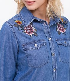 Camisa feminina  Manga longa  Com bolsos  Com bordados  Marca: Blue Steel  Tecido: jeans  Composição: 100% algodão  Modelo veste tamanho: P     COLEÇÃO VERÃO 2017     Veja outras opções de    camisas femininas.