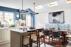 Designer Rococo Davis recently turned an old Victorian townhouse in London into a bright home for his family. The owners did not modernize the interiors ✌Pufikhomes - source of home inspiration Victorian Terrace House, Victorian Townhouse, Victorian Kitchen, Victorian Homes, Victorian London, Open Plan Kitchen, New Kitchen, Kitchen Ideas, Country Kitchen