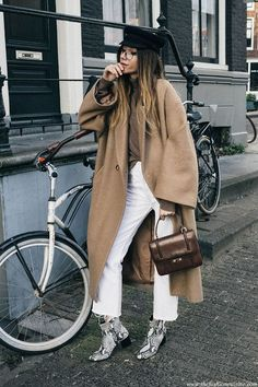 New tan ankle boats outfit casual camel coat ideas How To Wear White Jeans, How To Wear Ankle Boots, Ankle Boots Outfit Winter, Winter Boots, Snake Print Boots, Snake Boots, Booties Outfit, Zapatos Animal Print, Fashion Week