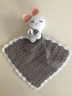 Der findes mange skønne opskrifter på nusseklude. Personligt er jeg vild med dem fra jordemoderstrik. Dem finder du her Crochet Lovey, Manta Crochet, Crochet Gifts, Baby Blanket Crochet, Diy Crochet, Baby Security Blanket, Lovey Blanket, Dou Dou, Knitted Baby Blankets