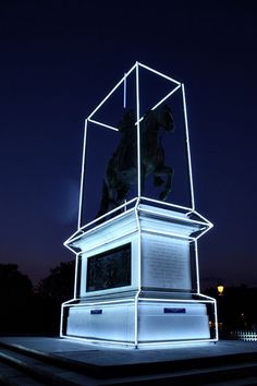 In Jean-Charles de Castelbajac remixed the equestrian statue of Henri IV on Pont Neuf in Paris. The installation celebrates the anniversary of his death with a blue Lightsaber and a white neon box. Light Art, Antony Gormley, Neon Rosa, Vitrine Design, Instalation Art, Art Sculpture, Light Images, Neon Lighting, Public Art