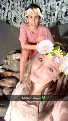 """""""Melhor amigo """" . Larissa Manoela posando para a foto com seu bff Pedro Motta . lindoss . Via Snapchat"""
