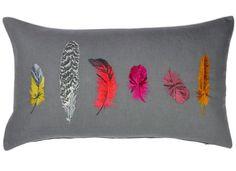 Coussin Talisman grenat rectangulaire de la marque Iosis avec motifs de plumes colorées brodées.