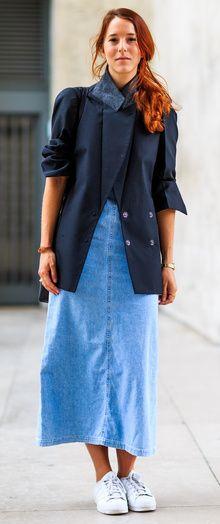 6a3368374a29 Jupe en jean mi-longue sous une veste bleue marine style navy avec manches  retroussées