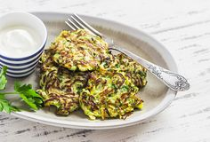 Delicious cauliflower, corn and zucchini fritters with vegetables and nutritionally beneficial spices. A quick snack or an easy meal that takes just 20 min. Cauliflower Fritters, Zucchini Fritters, How To Cook Cauliflower, Cauliflower Recipes, Recipe Zucchini, Rice Recipes, Potato Recipes, Healthy Recipes, Zucchini Puffer